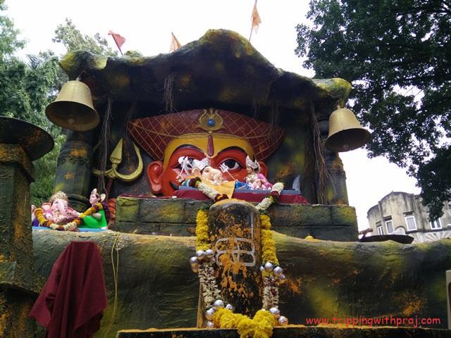Sharada - Ganesh idols with a Shivlinga