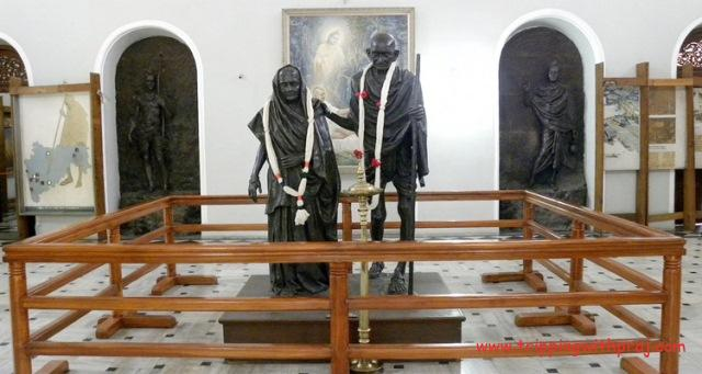 Aga Khan Palace - Statues of Mahatma Gandhi and Kasturba Gandhi